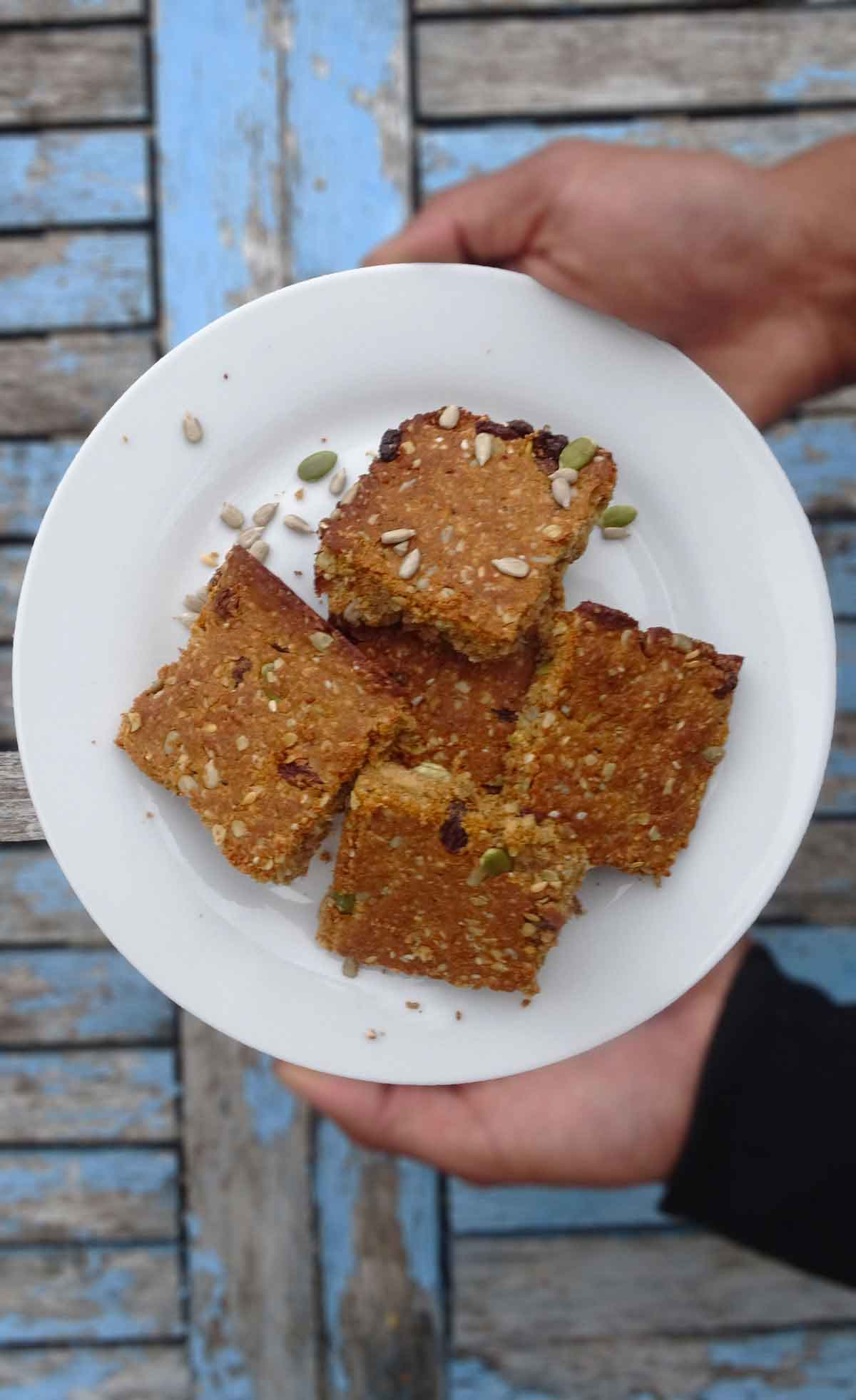 Vegan protein flapjacks that are easy and satiating! #bakedbyclo #veganflapjacks #protein #snack